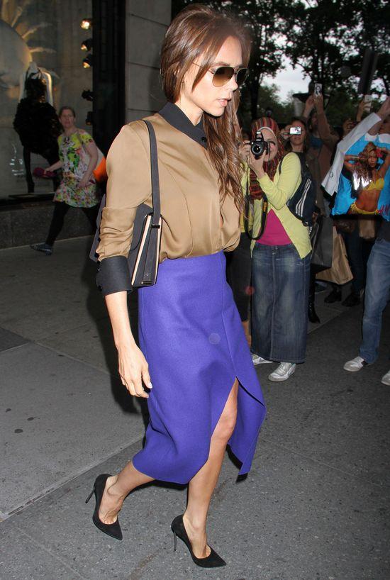 Victoria Bekcham w niebieskiej spódnicy