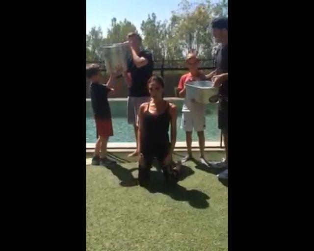 Victoria Beckham chodzi na czworaka! [VIDEO]