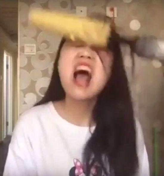 AUĆ! Dziewczyna wyrwała garść włosów przez... jedzenie kukurydzy (VIDEO)