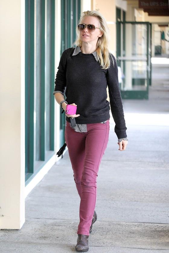 Naomi Watts w bordowych spodniach