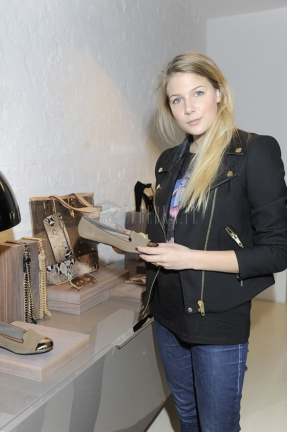 Marta Wierzbicka w czarnej ramonesce na pokazie biżuterii