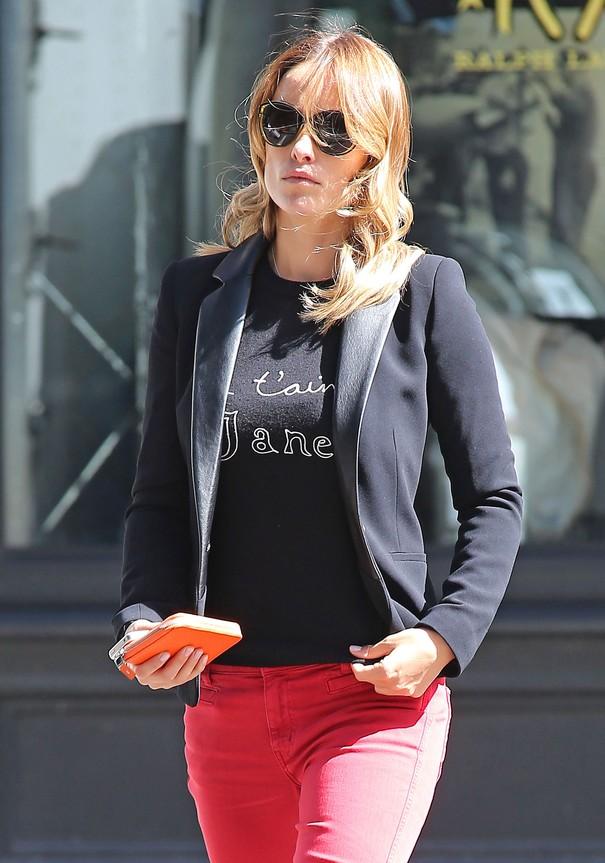 Olivia Wilde w czerwonych spodniach