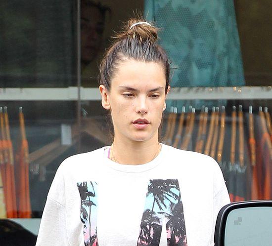 Alessandra Ambrosio nie ma czasu umyć włosów? (FOTO)