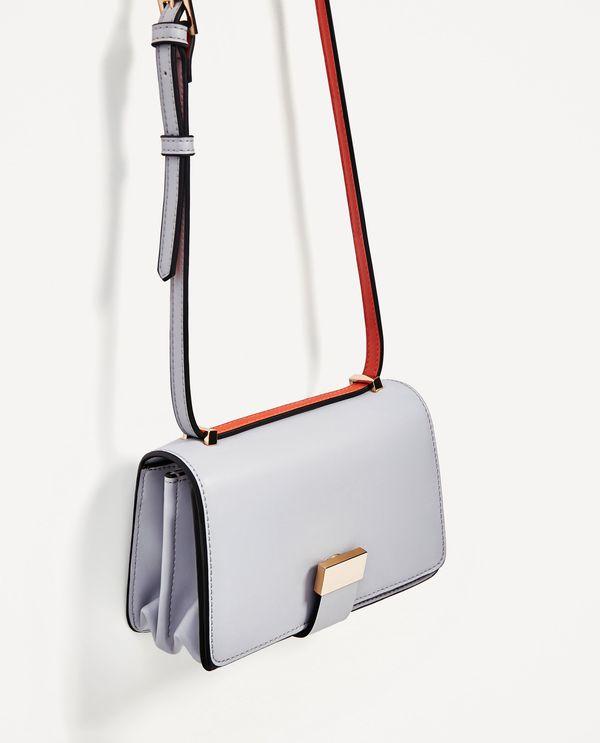 Mała torebka na długim pasku w pastelowym odcieniu