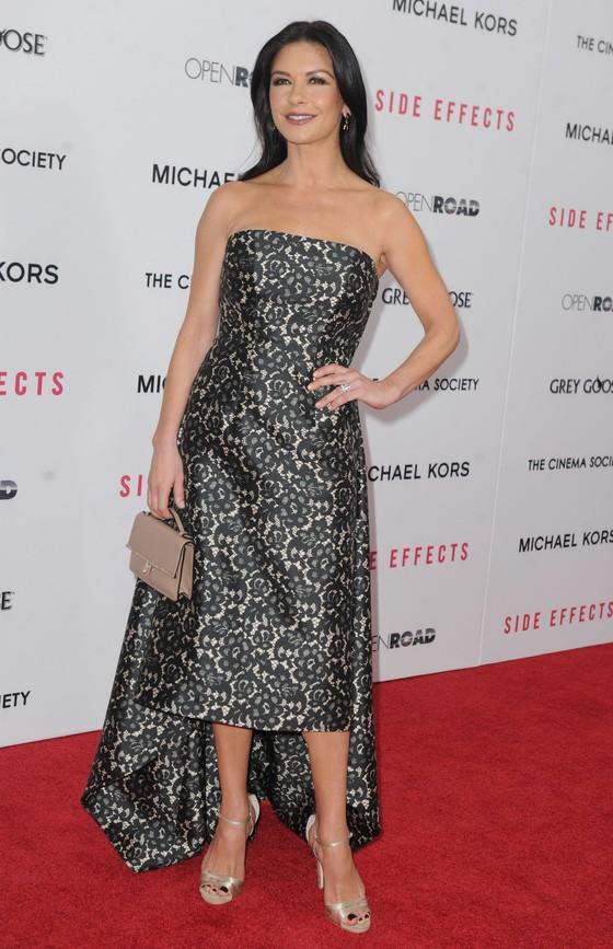 Catherine Zeta-Jones w asymetrycznej sukni