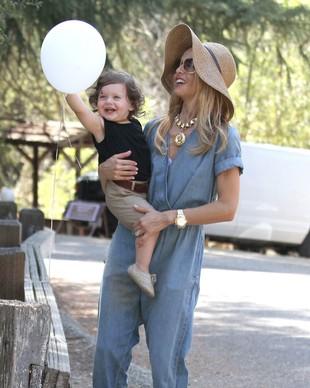 Rachel Zoe w jeansowym kombinezonie