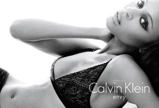 Zoe Saldana reklamuje bieliznę Calvina Kleina