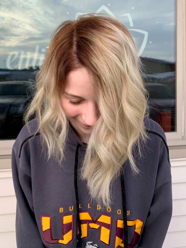 Chciała przefarbować włosy na blond. Teraz żałuje, że nie poszła do fryzjera
