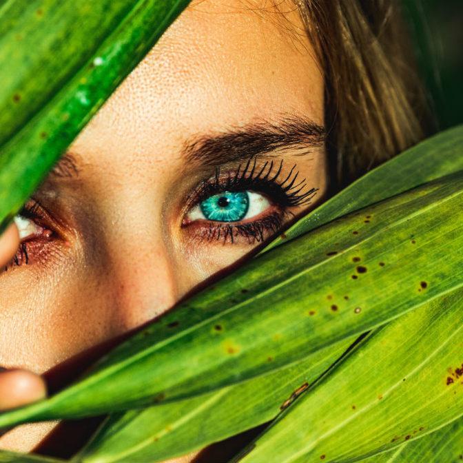 Koniec z cieniami pod oczami! Te naturalne sposoby radzą z nimi doskonale