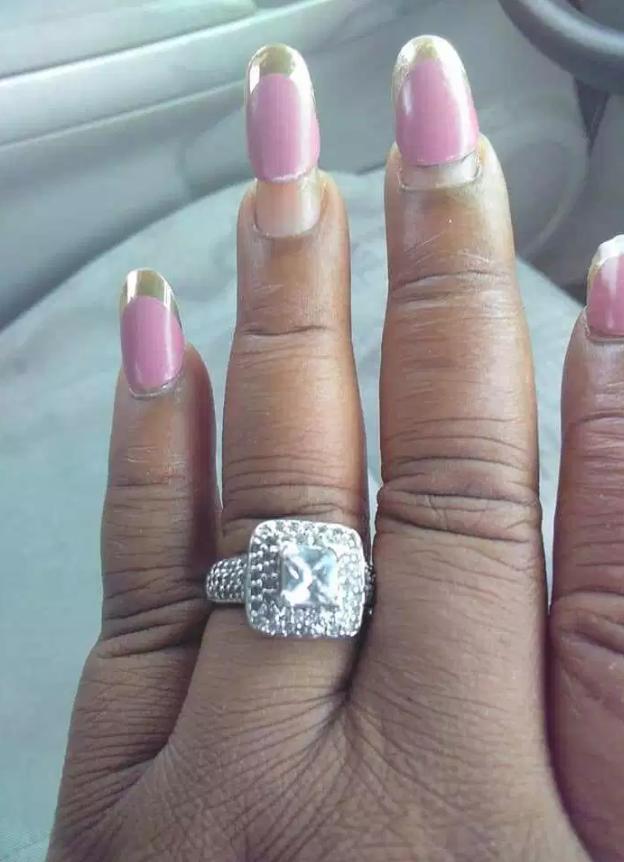 Pochwaliła się zdjęciem pierścionka, ale internautów oburzyły jej paznokcie