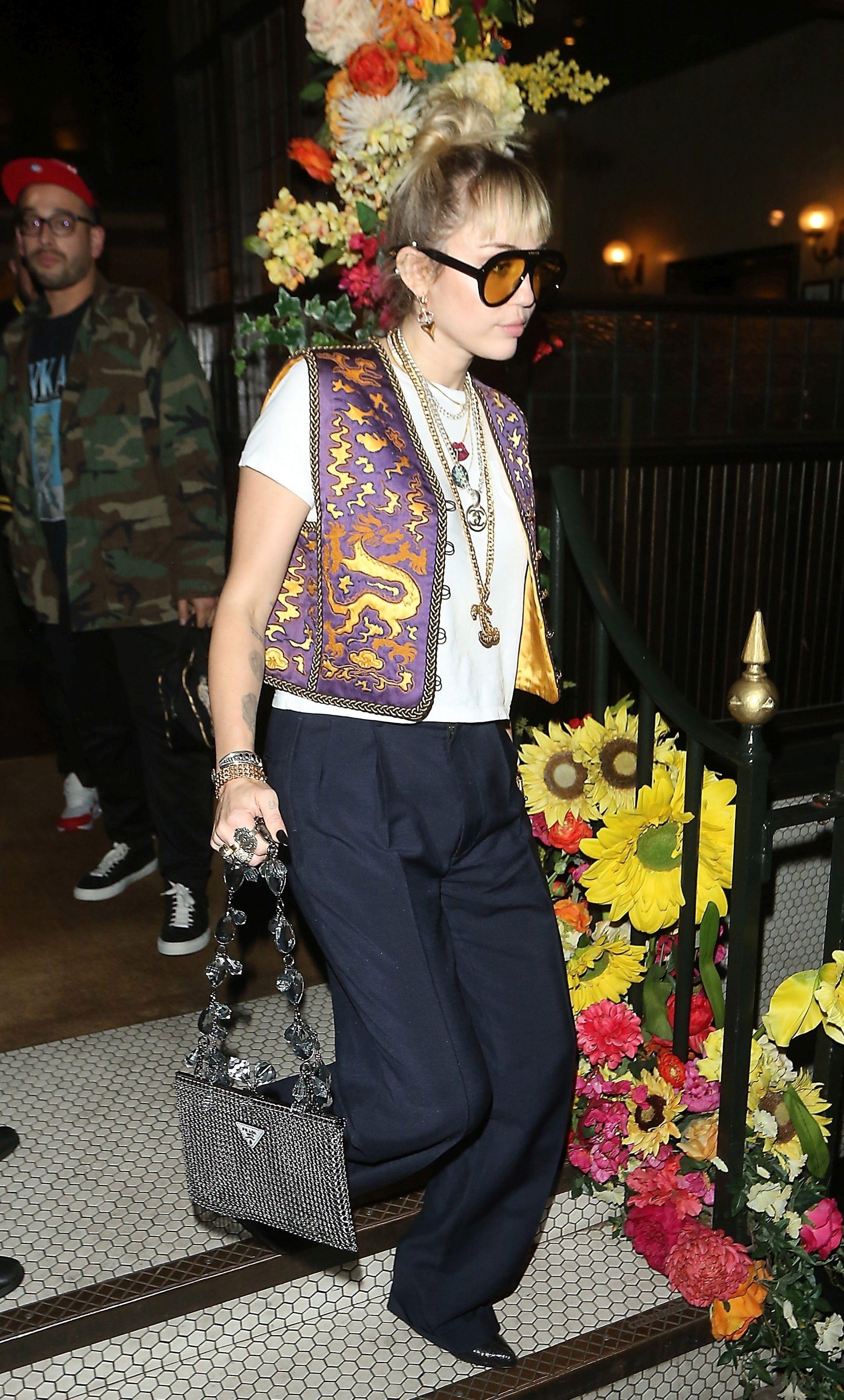 Miley Cyrus wskrzesza ten modowy dodatek. Kiedyś nosiły go nasze mamy!