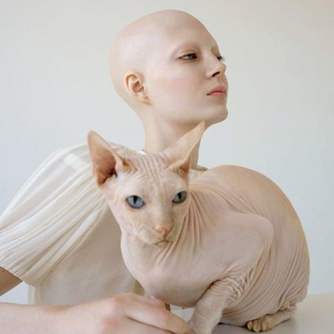 Dla nas wszystkie jesteście piękne 🖤  Zdjęcie wykonała @kristinavaraksina. Modelka @yananay1 Kot: Da Vinci  #purebeauty #kristinavaraksina #inspirations #beautifulface #hairlesscat #womenstuff #zeberkapl #kobieta