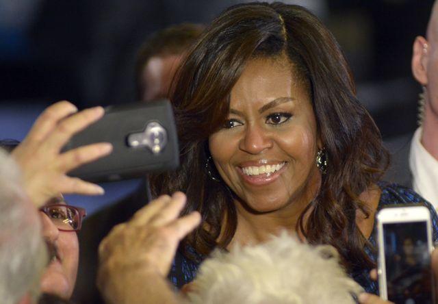 Kiedy była Pierwszą Damą unikała takich fryzur. Michelle Obama w ombre curls