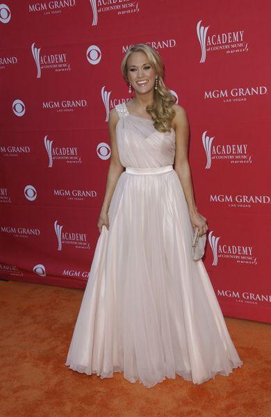 Carrie Underwood w ogromnej sukni-lawie