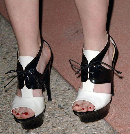 Biało-czarne sandałki Drew Barrymore