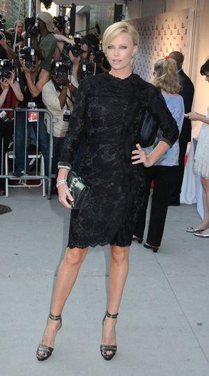 Charlize Theron w koronkowej małej czarnej