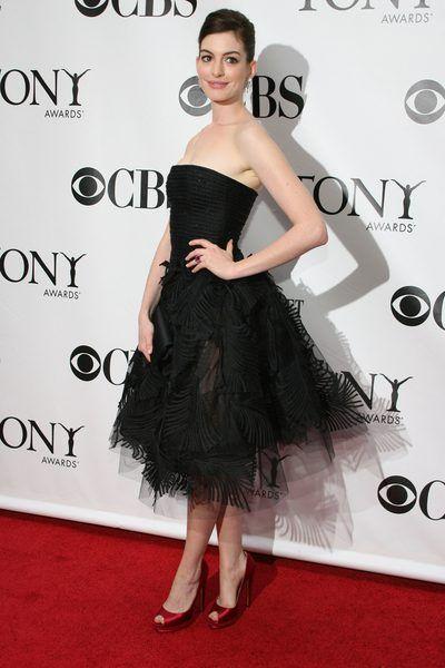 Pierzasta elegancja w stylu Anne Hathaway