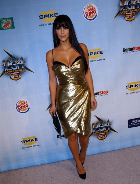 Kim Kardahian skąpana w złocie