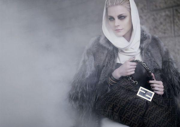 Spowita mgłą Jessica Stam
