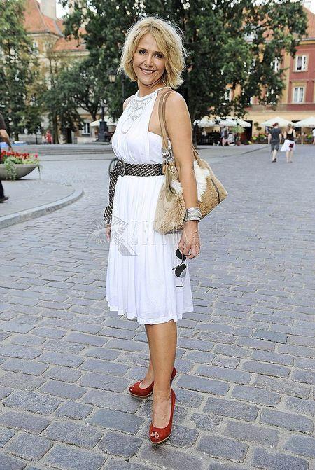 Biała sukienka Elżbiety Jędrzejowskiej
