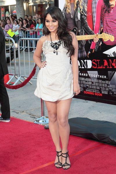 Vanessa Hudgens postawiła na czerń i biel