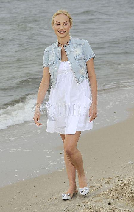 Weronika Książkiewicz w bieli na plaży