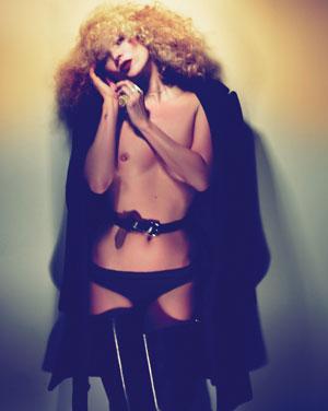 Piegowata Kate Moss w strojach od Prady    <br />
