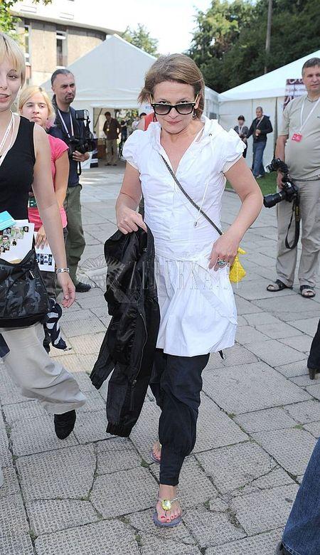 Dominika Ostałowska łączy spodnie i sukienki