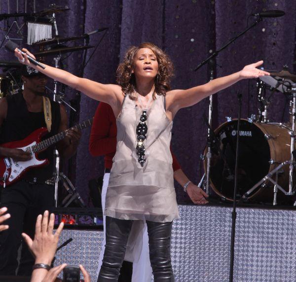 Whitney Houston w skórzanych spodniach