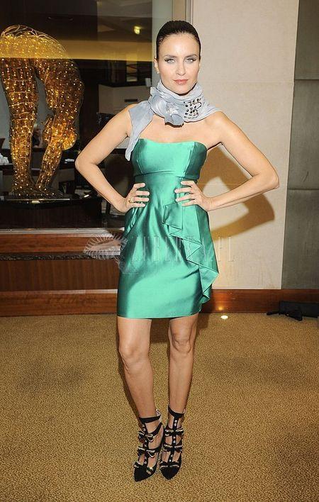 Joanna Horodyńska łączy sukienkę z szalem