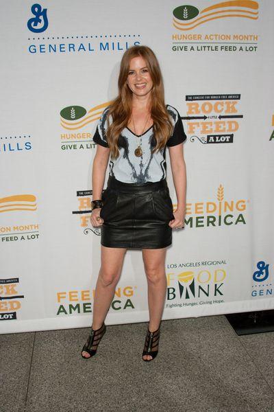 Isla Fisher w skórzanej spódnicy