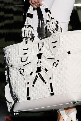Причем белые сумки сегодня представлены во всех коллекциях и...