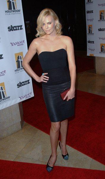 Kate Beckinsale i Charlize Theron – damy w czerni
