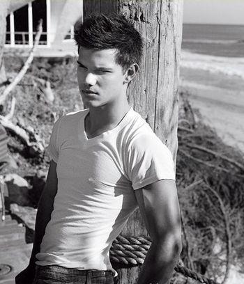 Taylor Lautner pręży muskuły