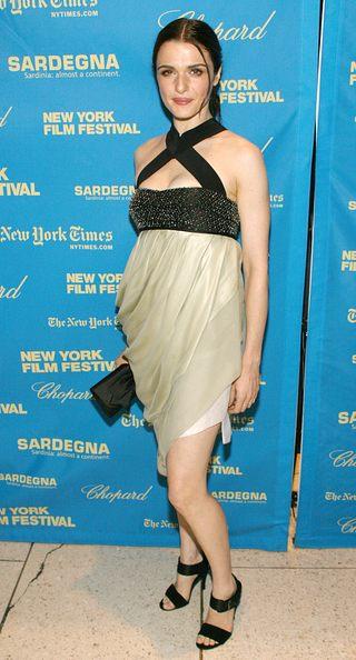 Rachel Weisz w krzyżowej sukience