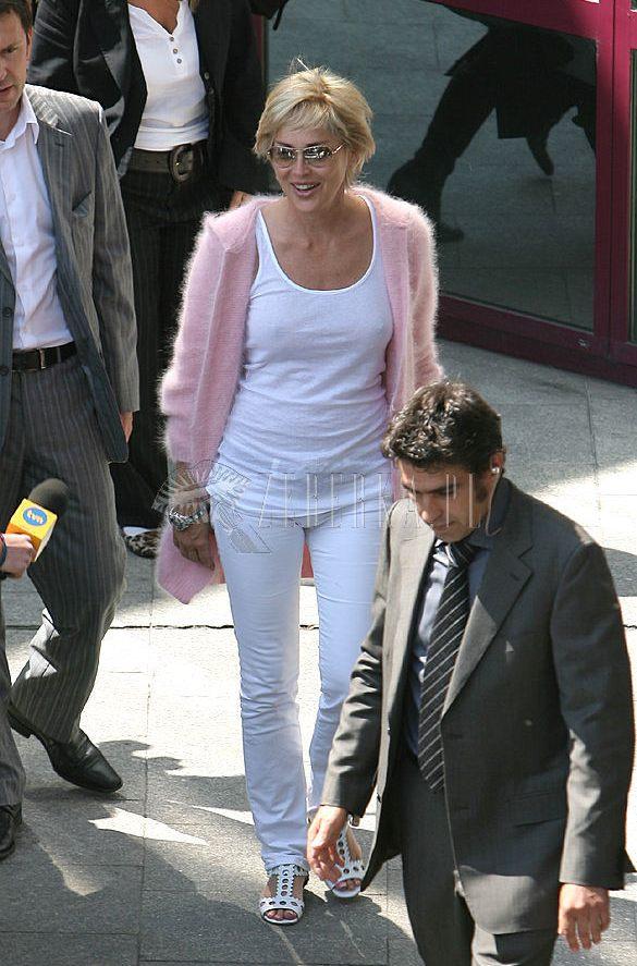 Sharon Stone w różowym, angorkowym sweterku