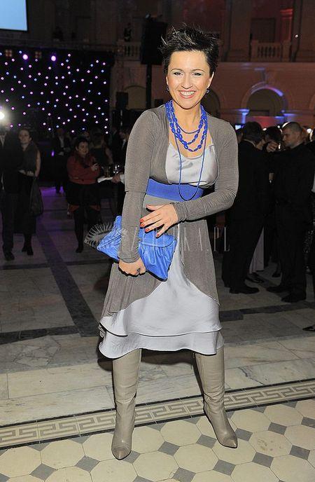 Szara sukienka i chabrowe dodatki Beaty Tadli