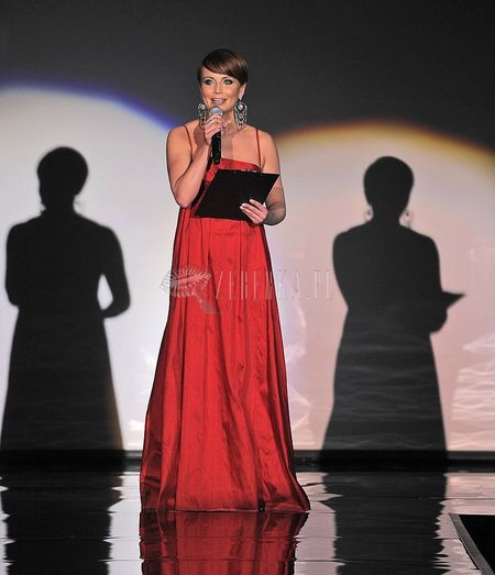 Katarzyna Zielińska prowadzi pokaz mody