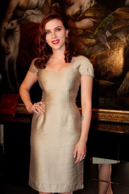 Scarlett Johansson z coraz ciemniejszymi włosami