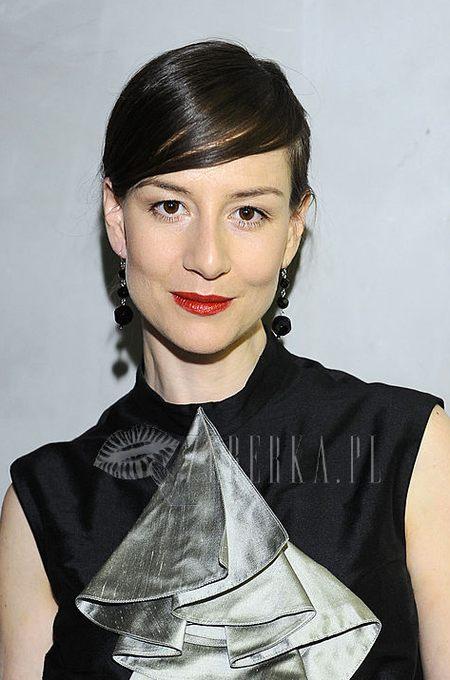 Maja Ostaszewska w kręconych włosach