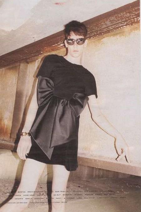 Model w damskich ciuszkach marc jacobs