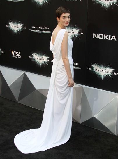 Anne Hathaway w sukni Probal Gurung
