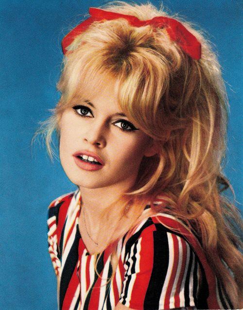 Fryzura i makijaż w stylu Brigitte Bardot (VIDEO)