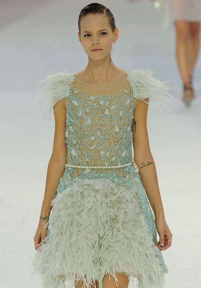 Natasha Poly w sukni od Chanel