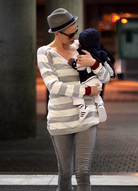 Charlize Theron chowa jeżyka pod kapeluszem (FOTO)