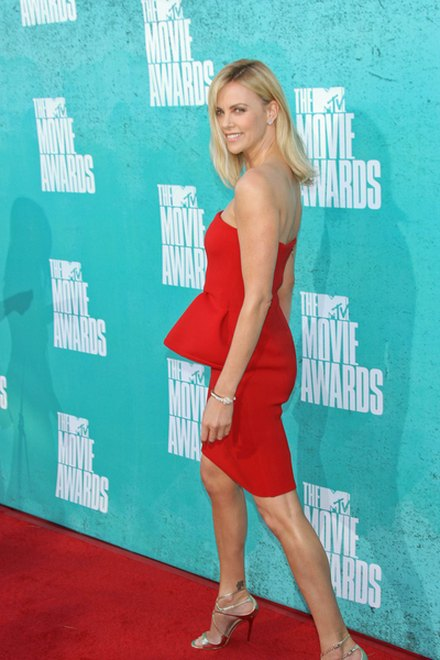 Kreacje na MTV Movie Awards (FOTO)/Charlize Theron