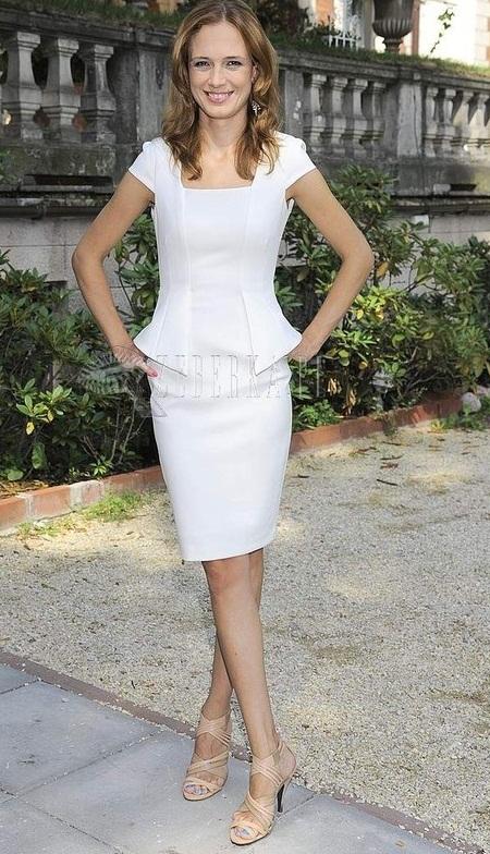 Paulina Chylewska w białej sukience z baskinką