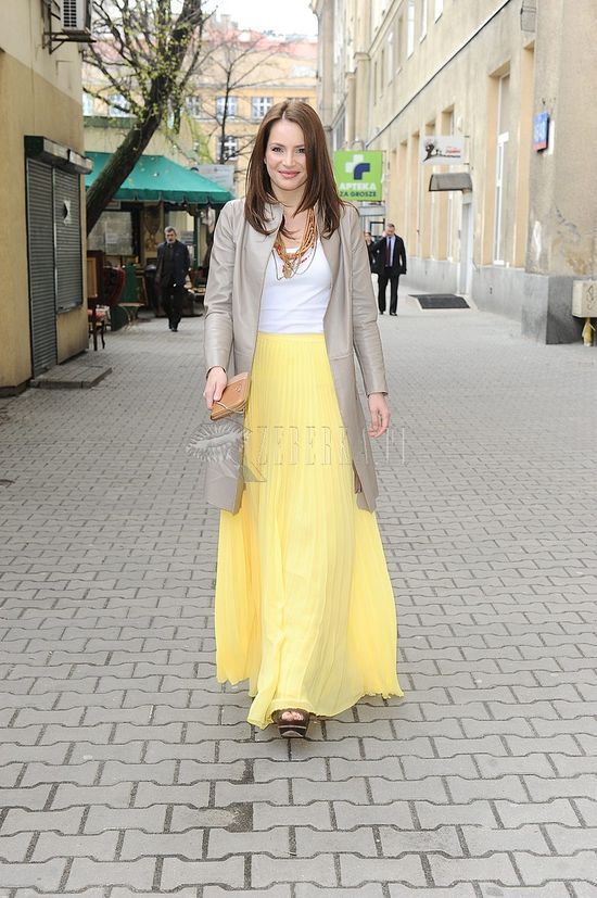 Anna Dereszowska w żółtej sukience maxi