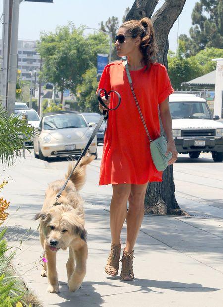 Eva Mendes w pomarańczowej sukience (FOTO)