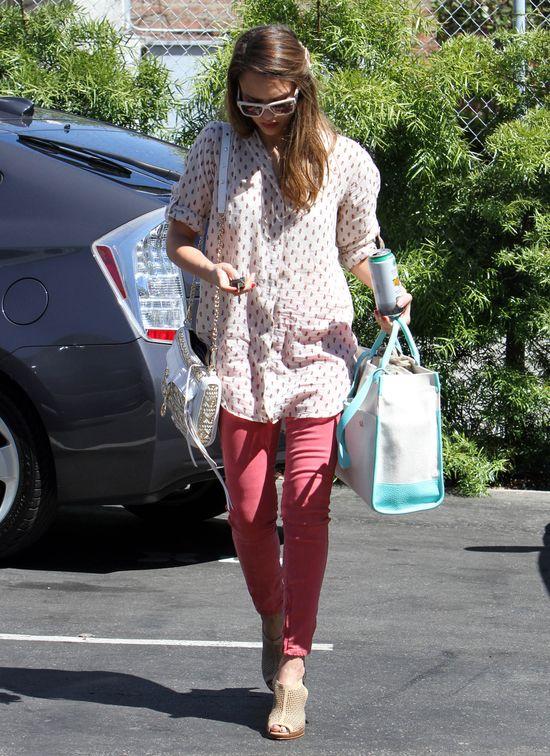 Jessica Alba w malinowych rurkach (FOTO)